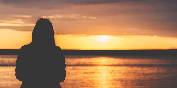黄昏のイメージ(海と女性)